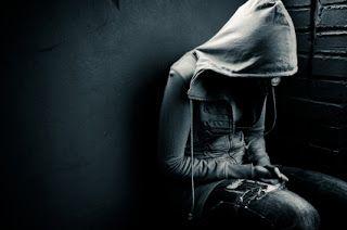 Noviembre Otra Vez    - No puede ser!. De nuevo el mismo padecer. Por qué otra vez? por qué siempre el mismo vacío la misma melancolía la misma agonía?.  Noviembre porqué eres tan gris? Por qué cada año te haces sentir como ese agujero oscuro en mi corazón? El cual llega al descontrol al llanto a la frustración a maldecir que he vívido.  Las manos del poeta plasman desenfrenos que abundan en el corazón los dedos de esa misma poeta hoy gritan tristeza sienten esa pena y falta de un gran amor…