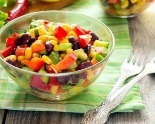 Salade mexicaine aux poivrons, haricots rouges et maïs : http://www.fourchette-et-bikini.fr/recettes/recettes-minceur/salade-mexicaine-aux-poivrons-haricots-rouges-et-mais.html