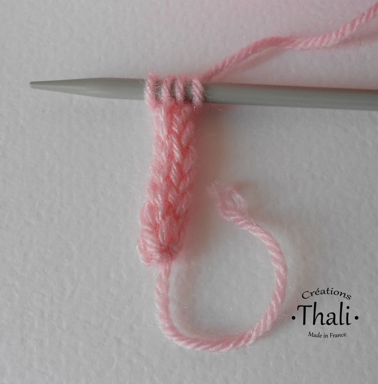 La technique pour réaliser une cordelette i-cord au tricot, en pas à pas et en photos.