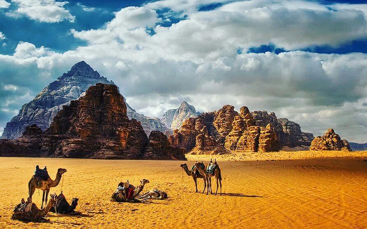 """ElUadi Rum o Wadi Rum, también conocido como elValle de la Luna, es un valle desértico situado a 1600msnmen una región montañosa formada porgranitoyareniscaen el sur deJordania, 60km al este-nordeste deAqaba. Es eluadimás largo de Jordania. El nombrerumsignifica """"alto"""" o """"elevado"""" enidioma arameo, y su pronunciación denota la cercana influencia árabe. El punto más elevado de Uadi Rum es el monteJabal Umm ad Dami, con 1854msnm.  El área protegida de Uadi Rum es el primer…"""