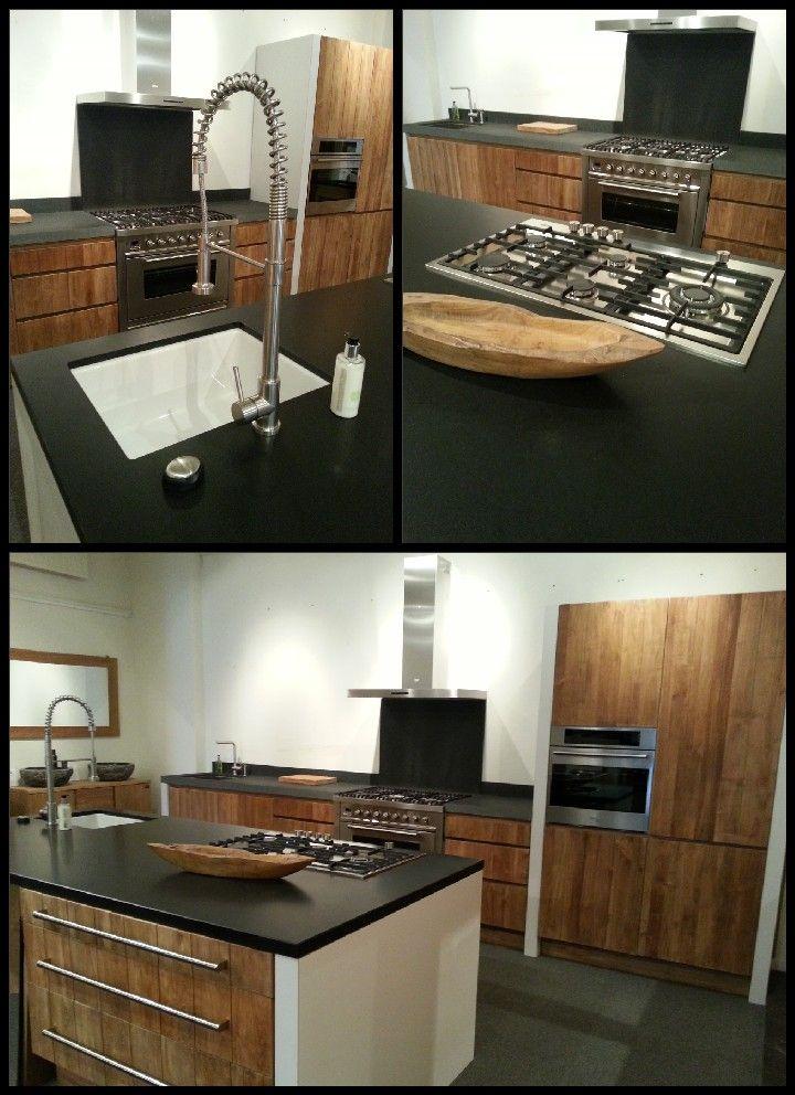 Keuken gemaakt van teakhout en gecombineerd met granieten werkbladen, boretti apparatuur en rvs of keramische spoelbakken.  Djati Badkamers & Keukens - Hilversum