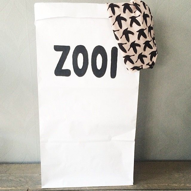 Paperbag met tekst 'zooi'. Paperbags zijn niet meer weg te denken uit het interieur. Niet alleen ziet het er leuk uit, maar je kunt er ook veel spullen in kwijt. Deze zak is erg sterk en helemaal gemaakt van dik wit kraftpapier.