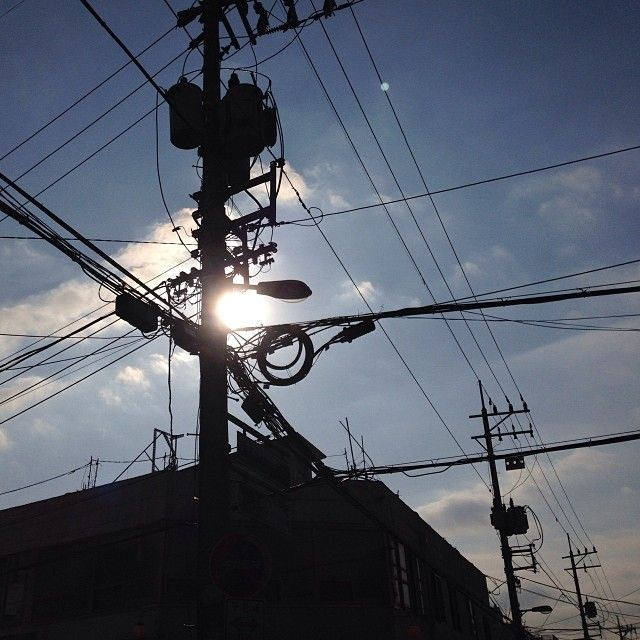 qunoo / 역광좋아... #electronic_pole #sun #sky #cloud #city #urban #line #blue #igaddict #igdaily #instacool #instagood #instalove #instamood #instagrammer #instagramhub #bestagram #bestoftheday #picoftheday #photooftheday #all_shot #instagramers #insta_mazing #igers #iphoneonly #vintageseoul / #골목 #설비 #하늘 / 2013 12 31 /