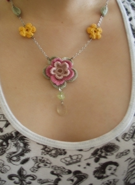 Chrochet Flower Necklace. Love this! All recycled from old jewellery. No pattern for the flowers, but website does have flower pattern under crochet section.