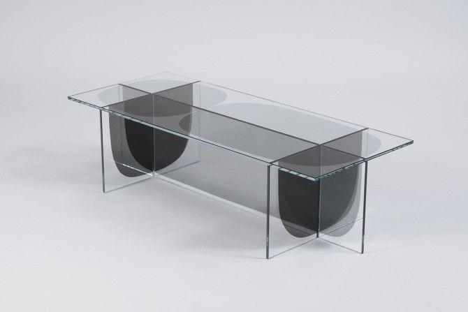 Formée simplement de carrés et de rectangles de verre, la collection BIPOLAR se compose d'une table et d'une table d'appoint. Ces deux pièces sont des petits bijoux de minimalisme !  Nous devons cette très belle réalisation aux designers du studio OS & OOS. Les formes libres incrustées dans le verre modulent l'aspect de la table en fonction de l'angle de vue, on passe de la transparence à des formes opaques. Ce jeu de gris et de noir est simplement magnifique.