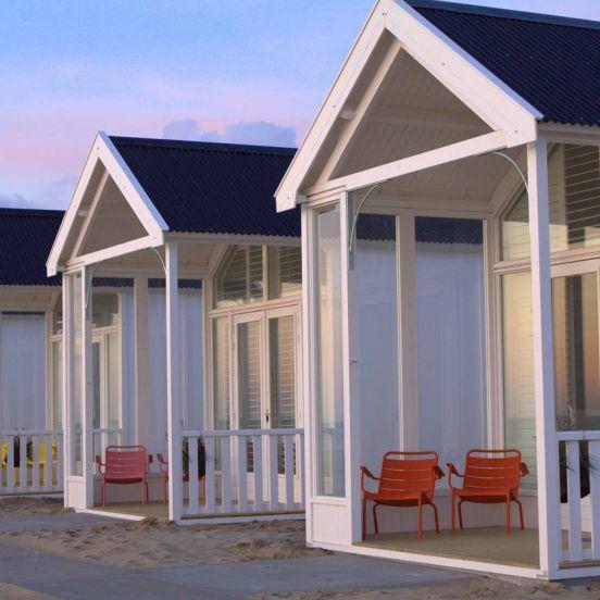 Kust strandhuisjes de strandhuisjes liggen op het strand van katwijk aan zee erop uit - Modern huis aan zee ...