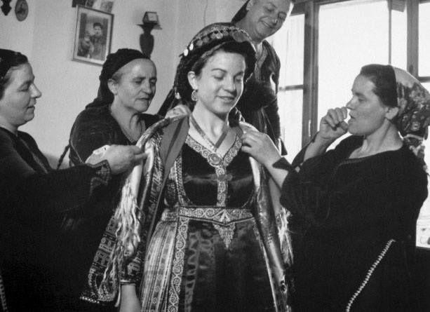 Το στόλισμα της νύφης στο Μέτσοβο,1980.φωτ.Κώστας Μπαλάφας