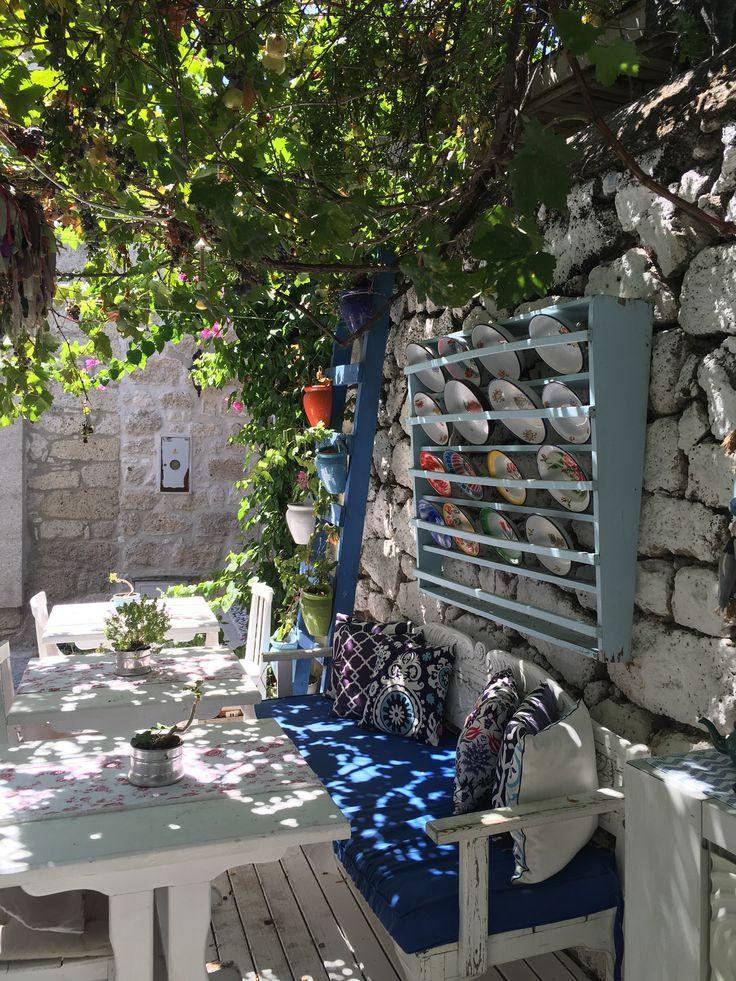 #Alaçatı'da Hacımemiş'te aynı zamanda oğlumunda adı olan Rüzgar Otel'in keyifli bahçesi. @ruzgarhotelalacati  Çok merkezi ve cici bir mekan. Fiyatları 300 TL'den başlıyor. 0232-7160179  www.kucukoteller.com.tr/ruzgar-hotel-alacati
