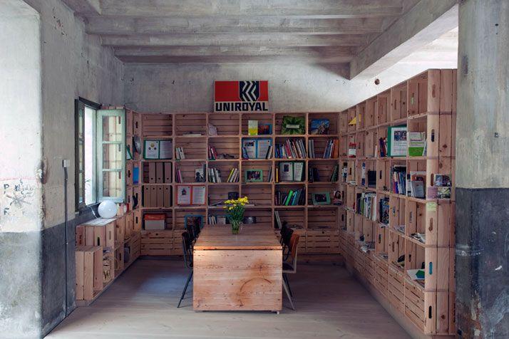 Nguyện chết sớm vài năm nếu có cái tủ sách và không gian làm việc như thế này! <3