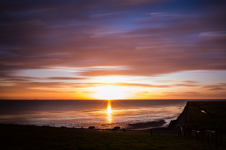 Sonnenuntergang an der Nordsee. Die verzogenen Wolken gefallen mir dabei am Besten! Klicke auf das Bild und erfahre wie du so ein Bild erstellen kannst!