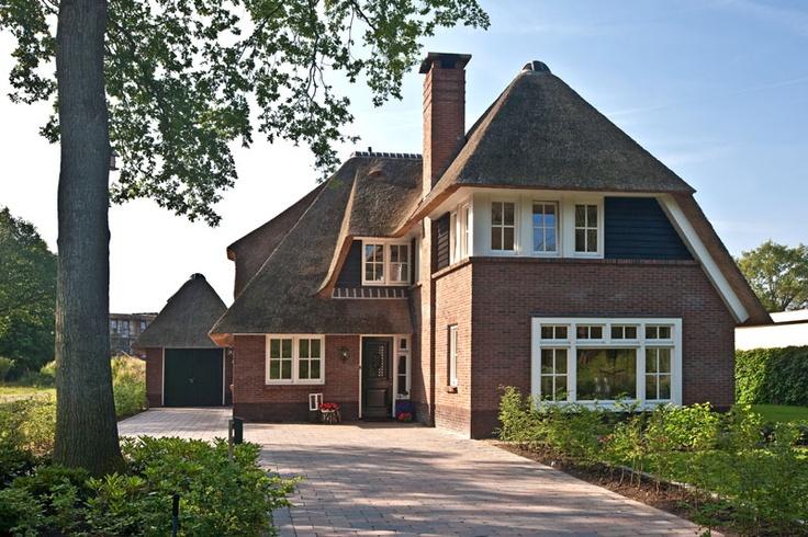 prachtige villa met rieten dak en een enorme schoorsteen te  Ugchelen