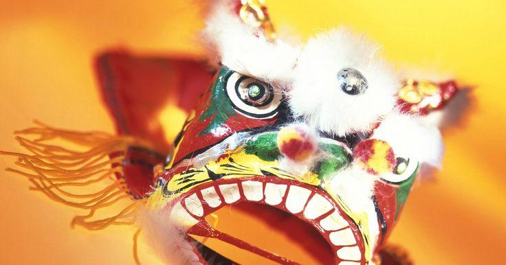 Como fazer uma cabeça de dragão de papel para festividades chinesas. Representação de boa sorte, bondade e força e ode a elementos supernaturais, o dragão é uma peça fundamental na comemoração do Ano Novo Chinês. Os chineses fazem decorações e fantasias de dragão para o feriado mais popular em sua cultura. Os desfiles do Ano Novo Chinês podem apresentar fantasias de dragões que chegam até 30 m de comprimento. ...