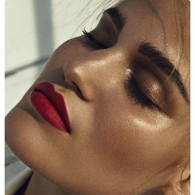 DDB Inspira: resumo da semana Batom vermelho opaco + pele bronzeada e iluminada e olho com sombras marrom e cobre