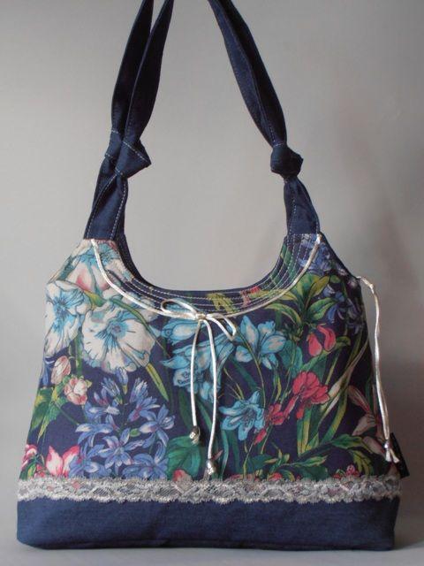 Élénk virágmintás farmer táska, diszkrét csipkével