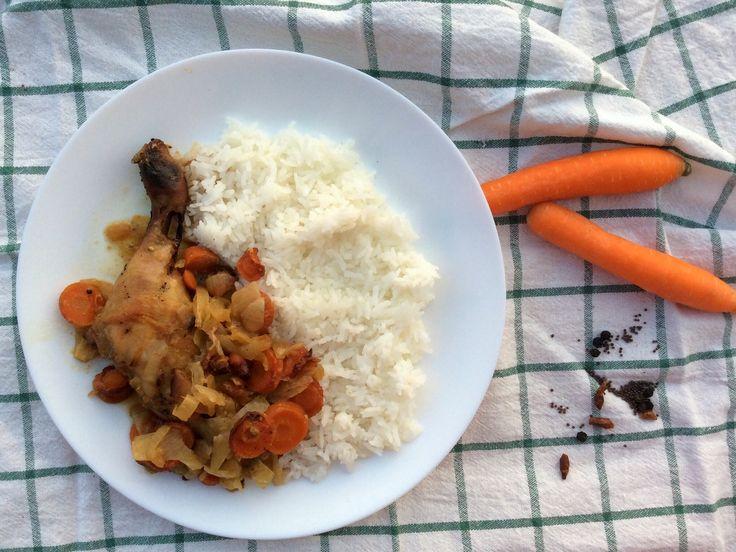 Pečené kuře s mrkví a cibulí na způsob yassa, rýže