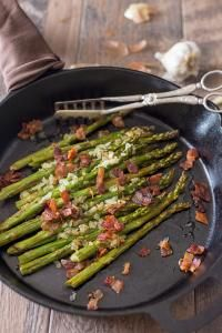 Gorgeous, fresh asparagus. Crunchy bacon. Buttery garlic and onion. From stove top to oven in the same skillet | on myrecipemagic.com