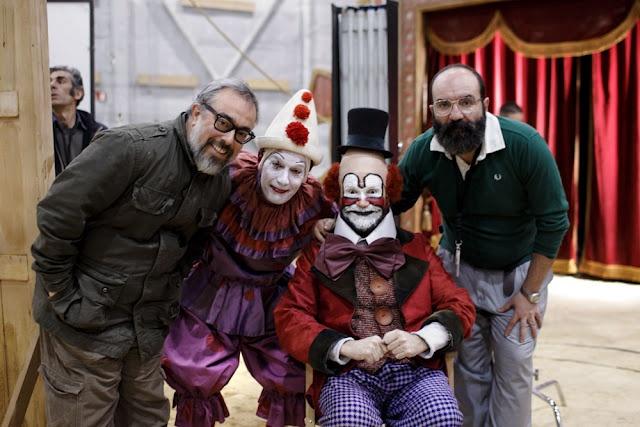 Alex de la Iglesia y Paco Delgado junto a dos actores durante el rodaje de Balada triste de trompeta