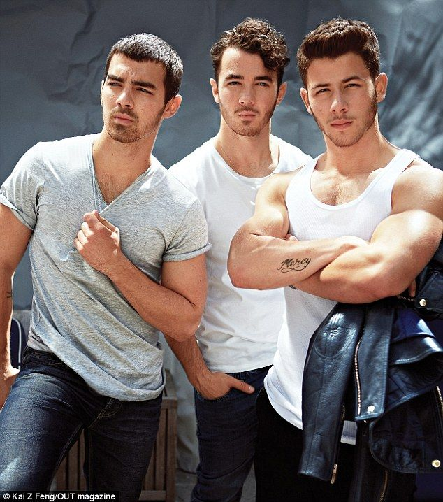 The Jonas brother, (L-R) Joe, Kevin and Nick, on  Out Magazine. se lo dije a Camila :P . oh lala nick