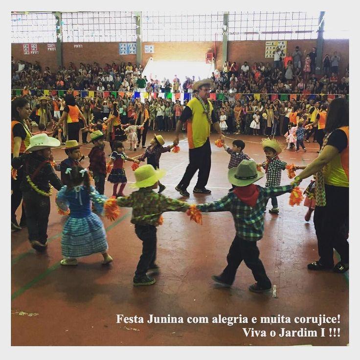 Quanta alegria hoje foi dia de festa junina para o nosso caçulinha!  @guri_valente (a exemplo do irmão) não queria dançar mas quando a música começou sabia toda a coreografia e foi lindo! Muito orgulho da comunidade escolar!  #famíliastica #shiraishis #maecomfilhos #guri_valente #lazercomfilhos #vidaescolar #festajunina #cursomarlycury