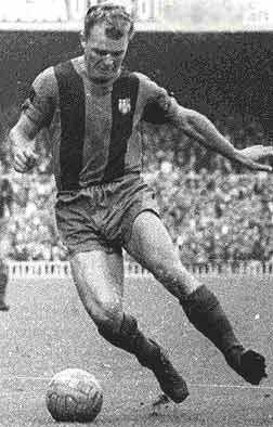 Ladislao Kubala, estrella del FC Barcelona durante la década de los años 50, controla un balón