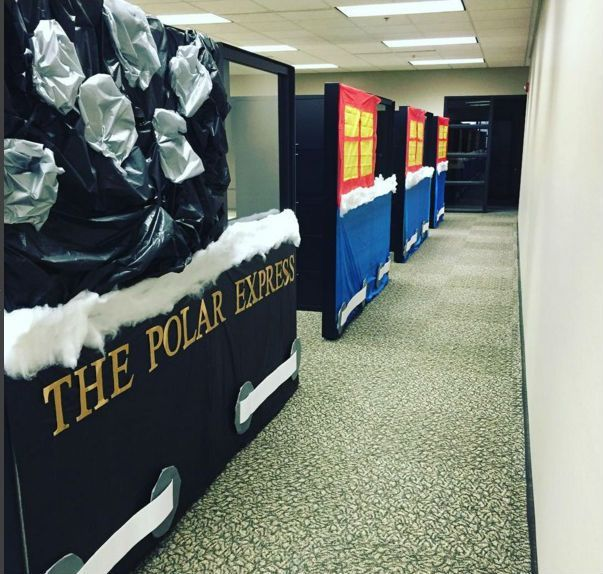 9 cubicle dwellers with serious christmas spirit - Cubicle Decorations