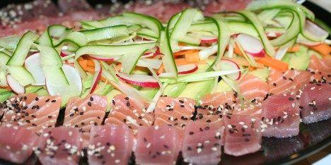En af de helt klassiske sushiretter, som er sprængfyldt med dejlig tun og laks. Serveres med gode grøntsager.