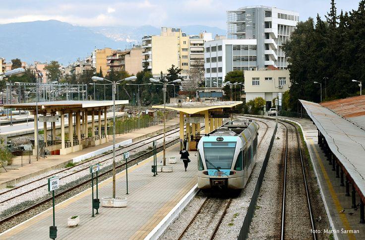 560 104/204 s osobním vlakem do Ano Liosisa, Atény leden 2017