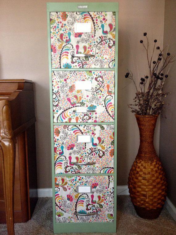 classeur 4 tiroirs paisley peacock Steelcraft moderne. Cabinet de base est une belle menthe verte. Amusant, comprennent de couleurs de tissu brillant sur les tiroirs, orange, rose, turquoise, jaune, vert et brun. Étiquette en métal sur le dessus du cabinet dit, « steelcraft moderne, New York, N.Y. USA. Mesure 52 de haut x 15 de large x 18 de profond. Possibilités de stockage incluent : fichiers, livres, jouets denfants, serviettes et draps, vaisselle, marmites et casseroles, outils…