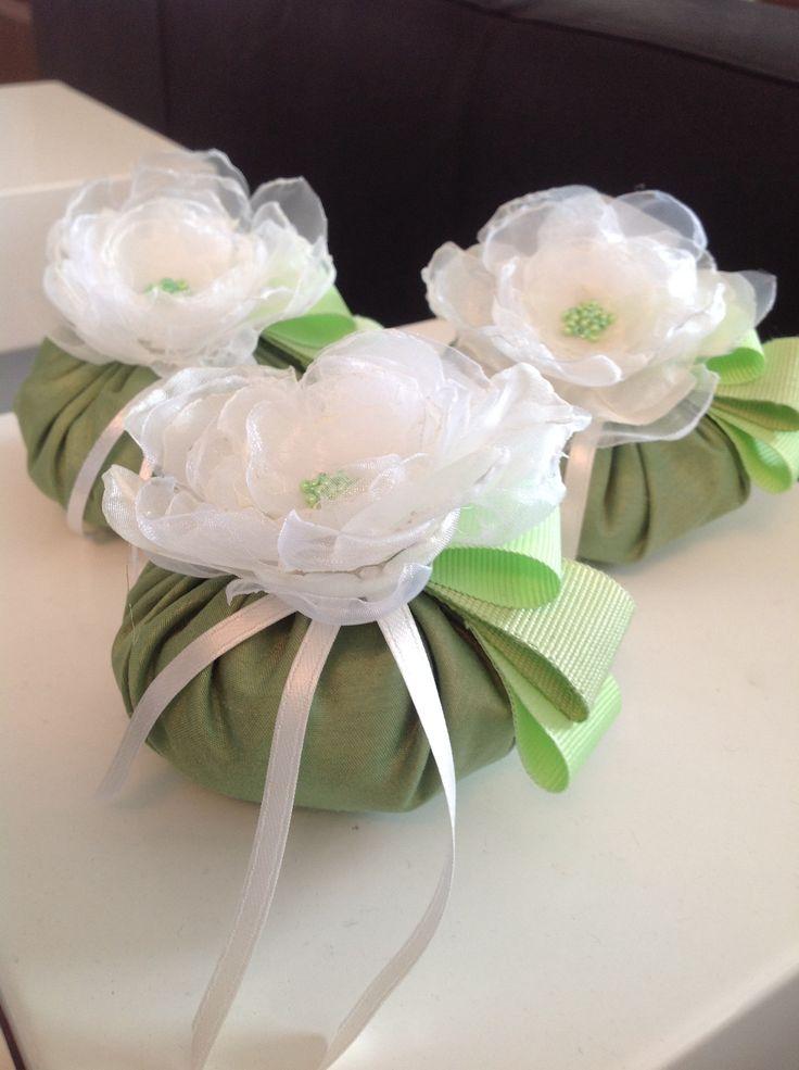 Sacchetti portaconfetti in taffeta' con fiore fatto a mano