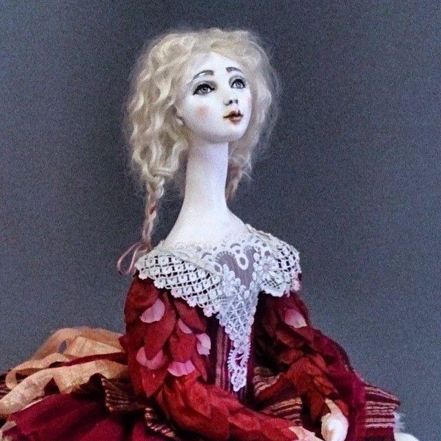 кукла на выставке