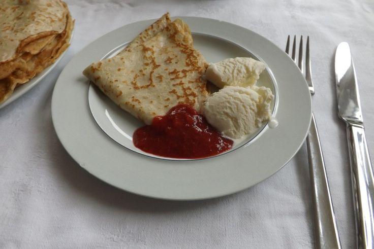 Pandekager med jordbærsyltetøj