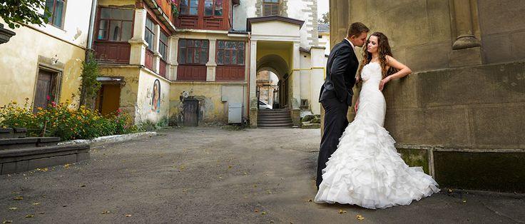 Düğün Fotoğrafları – Düğün Fotoğrafçısı, Düğün Albümü, Düğün Belgeseli  Düğün Fotoğrafçısı, Çiftin en fazla eğlendiği anlarda yanlarında mutlaka fotoğrafçılar olmalı. Çünkü böylece düğün albümünde çiftler mümkün olduğu kadar eğlenceli fotoğraflar arasından seçimlerini yaparlar. Ayrıca fotoğraf çekinmeyi bir görev olarak değil bir oyun, bir eğlence vasıtası gibi görün.  Bursa Düğün Salonları Fotoğrafçıları
