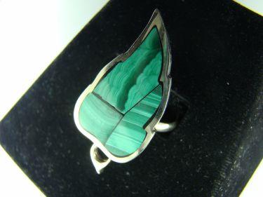 Кольцо в форме листа малахит