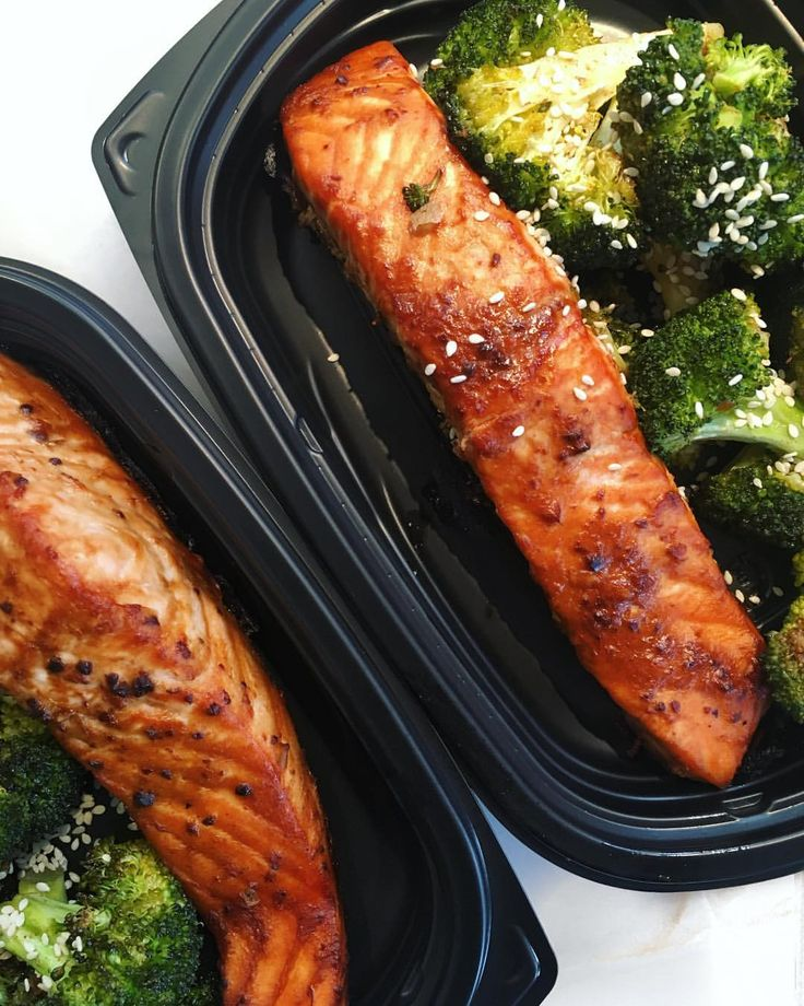 Miso glazed salmon and roasted crispy broccoli 🤤🤤🤤 comin in hotttt in tomorrows #wellnessbystella #marinated #mealprep #wild fish #paleo #marinade #sesam #whole30 #sesame