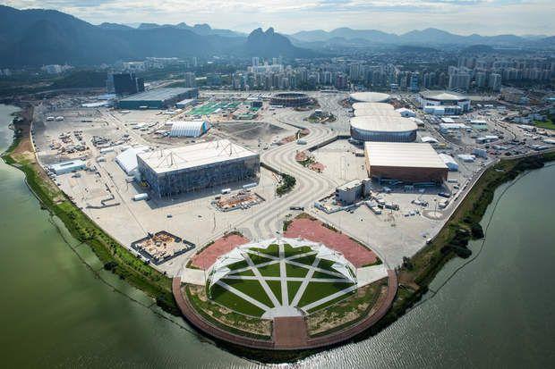 Le Rio Olympic Park à Barra, centre névralgique des JO, Le plus gros des infrastructures des JO a été installé à Barra da Tijuca, dans la zone ouest de Rio de Janeiro. On y retrouve notamment le Parc Olympique, une zone de 1,18 million de m2 où 16 épreuves olympiques seront disputées, dont le basket, la gymnastique, le cyclisme sur piste, la lutte, le judo, l'escrime, le handball, la natation, le tennis… Ce parc comprend d'anciens bâtiments, érigés pour les jeux panaméricains de 2007 et…