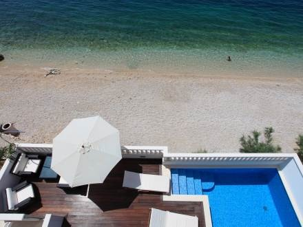 Private pool on the beach! Holiday house for 10 people in Croatia.    http://www.interhome.se/english/croatia/central+dalmatia/dra%c5%a1nice/hr6200.102.1