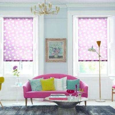 Alternative aux rideaux et voilages traditionnels, les stores sont une sorte de rideaux plats et souples très décoratifs qui se baissent et se relèvent verticalement, dans l'axe de la fenêtre.