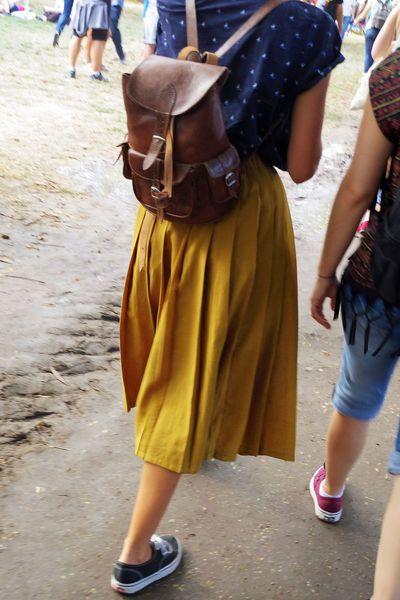 Rock en Seine 2015 streetstyle: La jupe plissée jaune moutarde.