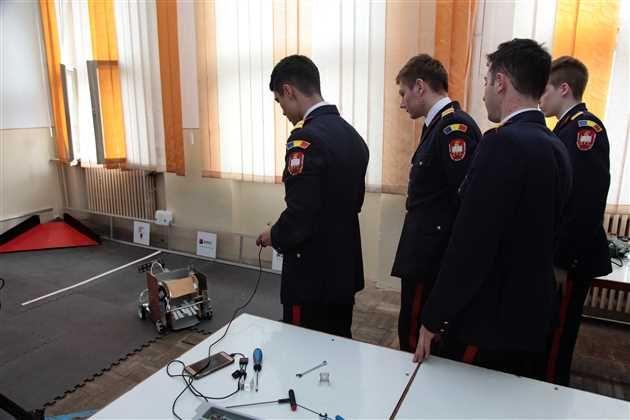 O echipă format din 15 elevi ai Colegiului Mililitar National Dimitrie Cantemir din Breaza au răspuns provocării de a participa la First Tech Challenge competiţia natională de robotică