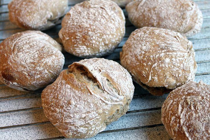 """Gode grove boller er fast inventar her hjemme - næsten hver søndag bliver der bagt en stor portion - som holder """"næsten"""" ugen ud. Ud af denne portion kan du lave 2 rimelig store brød eller 14 gode..."""
