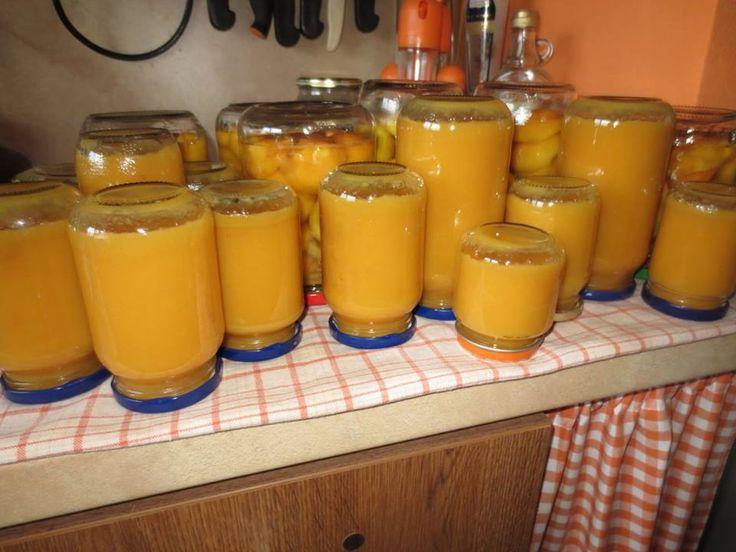 BROSKVOVÁ PŘESNÍDÁVKA 2,5 kg oloupaných a vypeckovaných broskví 1/4 kg cukru 1 vanilkový cukr 2 vanilkový pudinky 1,5 L kojenecké vody Pokrájené broskve na kousky zalijeme 1 L vody a vaříme 30 min..Pak přidáme cukr a rozmíchaný pudinky v 0,5 L vody a vaříme ještě 10 minut -mícháme. Dáme do skleniček a zavaříme.