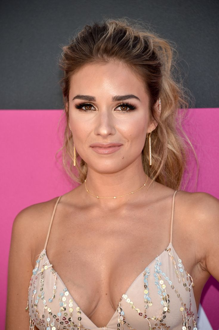 LAS VEGAS, NV - APRIL 02: Singer Jessie James Decker attends the 52nd Academy Of Country Music Awards at Toshiba Plaza on April 2, 2017 in Las Vegas, Nevada. (Photo by John Shearer/WireImage) via @AOL_Lifestyle Read more: https://www.aol.com/article/lifestyle/2017/04/03/acm-awards-2017-beauty-red-carpet/22023888/?a_dgi=aolshare_pinterest#fullscreen