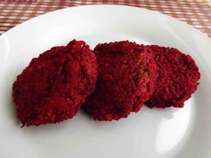 Na karbanátky z červené řepy budeme potřebovat:      2 červené řepy  1 velkou mrkev  3/4 hrnku jáhel  5 stroužků česneku  sůl  pepř  rozmar...