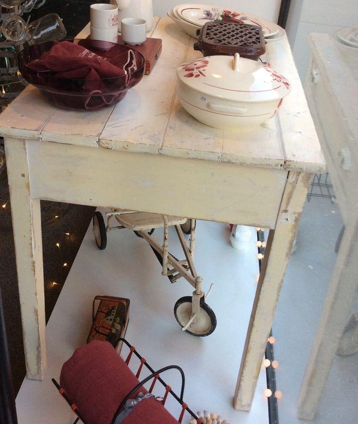 valkoinen 'maalaismainen' puupöytä . kokoleveä vetolaatikko . korkeau 75cm . leveys 96.5cm . syvyys 63cm . @kooPernu