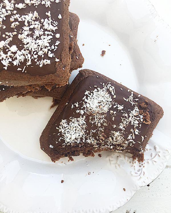 Brownies  Speziati alla cannella e glassati al cioccolato e cocco.  INGREDIENTI PER 4 BROWNIES:  40gr di Farina d'avena integrale  30gr di Farina di riso integrale  100gr di Banana  10gr di Cacao amaro in polvere – Alce Nero  60ml di Albume  50ml di Latte di soia (o qualsiasi altro latte vegetale)  Cannella q.b  Un cucchiaino abbondante di lievito per dolci   per la glassa:    5gr di Cacao amaro in polvere  Acqua q.b  Aroma alla vaniglia q.b – MyProtein  Cocco rapè