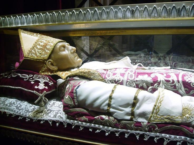 Celestino V. Basílica de Santa María di Collemaggio en L'Aquila,Italia.
