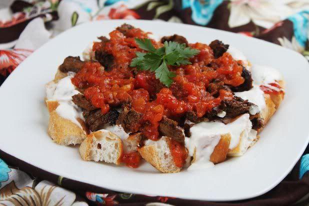 iskender recept (reepjes kalfsvlees met tomaten en Turks brood)