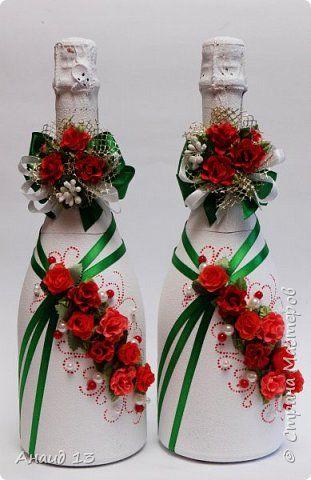 Невеста захотела зелено-красные бутылочки. Я с огромным сомнением приступила к декору. Вот что у меня получилось. Выставляю на ваш суд. Важны мнение и замечания.
