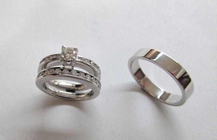 Hermoso diseño de Solitario y pisa argolla con diamantes y argolla para hombre en oro blanco de 18k , Argollas fabricadas por encargo