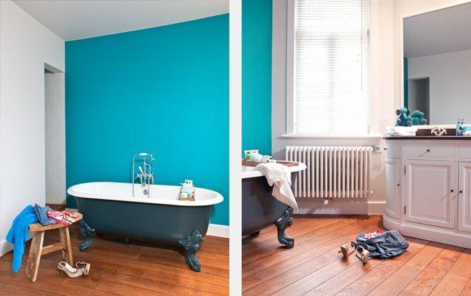 moderne badkamer met plankenvloer en blauwe muur